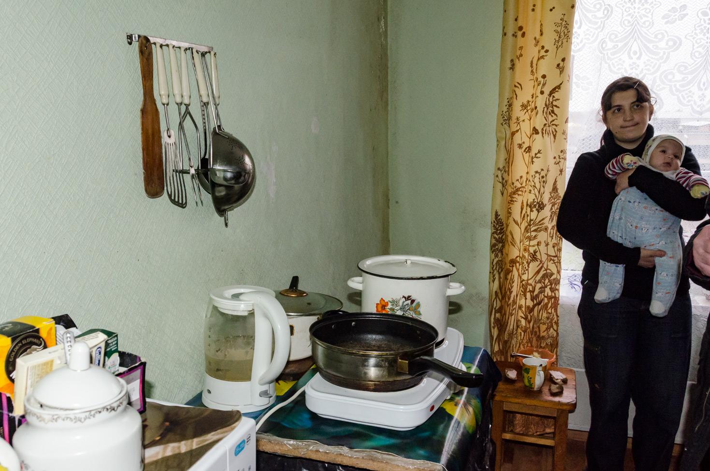 40 kvm lejlighed, 2 voksne og 5 børn. Plaget af skimmelsvamp og fugt.