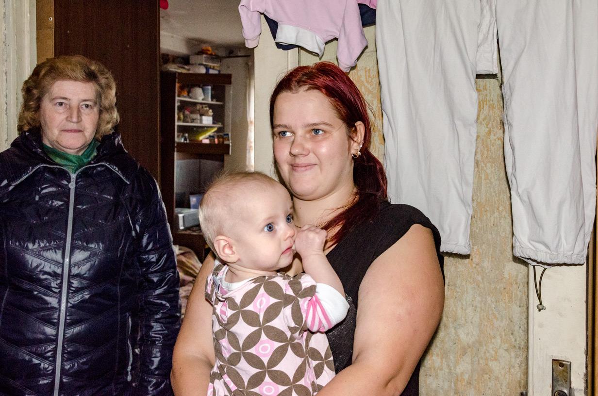 Enlig mor med 4 børn i meget ringe bolig med svamp.
